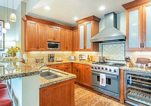 A102 Hummingbird Lodge kitchen with granite counter tops.